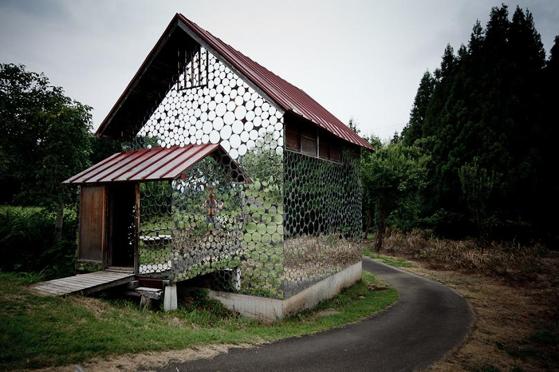 Casa acoperita cu oglinzi circulare atat la exterior cat si la interior