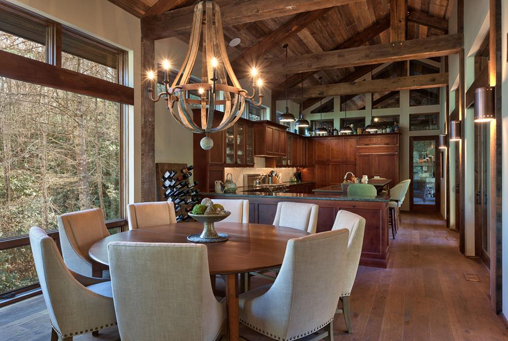 Sufragerie intr-o casa amenajata rustic, cu mult lemn