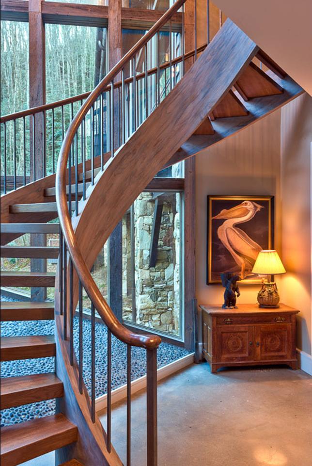 Scara din lemn intr-o casa amenajata in stil rustic