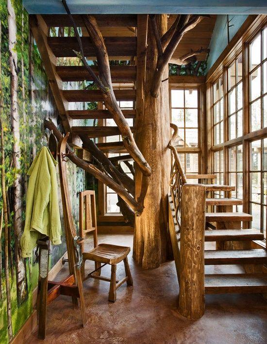 Scara in forma de copac foarte potrivita pentru o locuinta amenajata in stil rustic