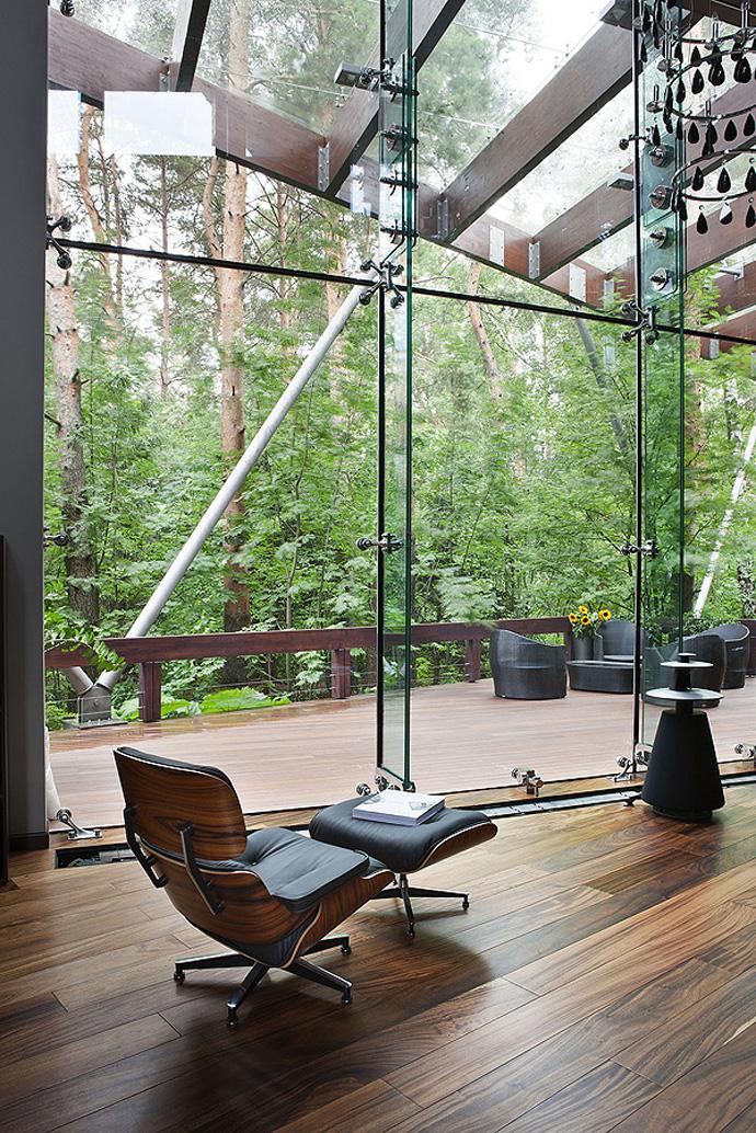 Zona de zi separata de terasa exterioara doar de un perete de sticla
