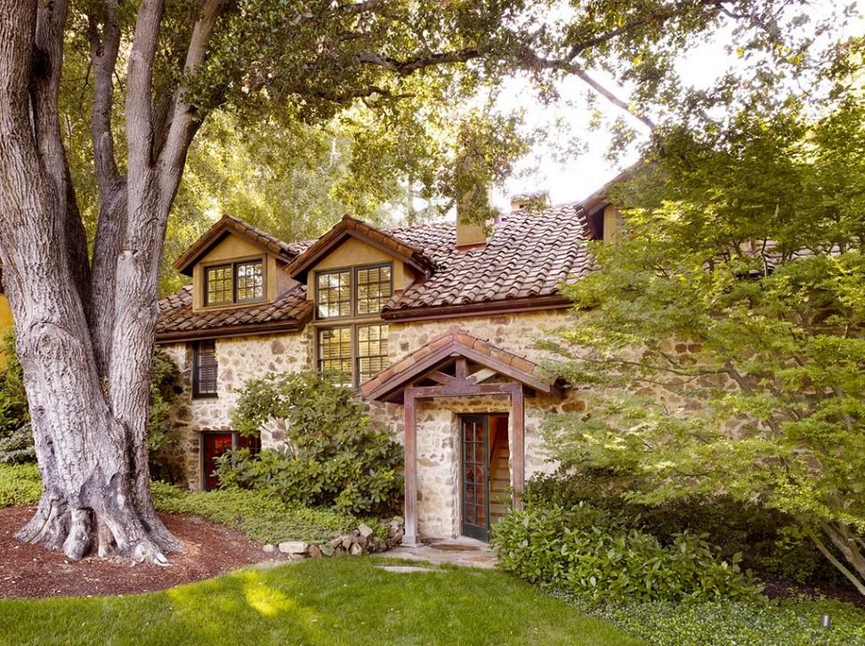 Casa cu zidurile din piatra
