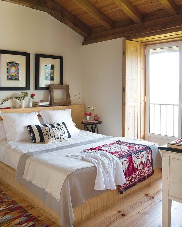 Dormitor amenajat in stil rustic