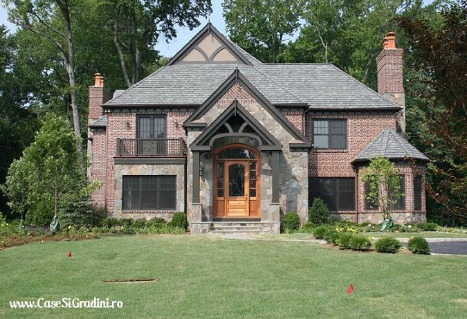 Casa stil Tudor cu fatada din caramida