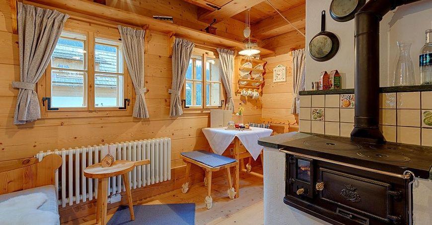 Soba pe lemne in bucatarie