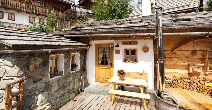 Lemn si piatra intr-o incantatoare casa de vacanta construita cu materiale si metode traditionale