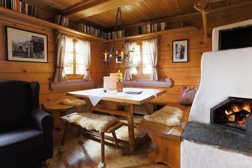 Locul de luat masa, amenajat rustic, intr-o casa de vacanta construita cu materiale de constructie e