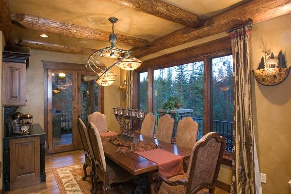 Sufragerie rustica, grinzi din lemn masiv, geamuri mari