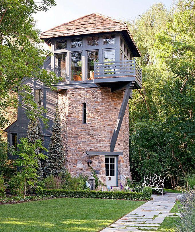 Turn din piatra si lemn