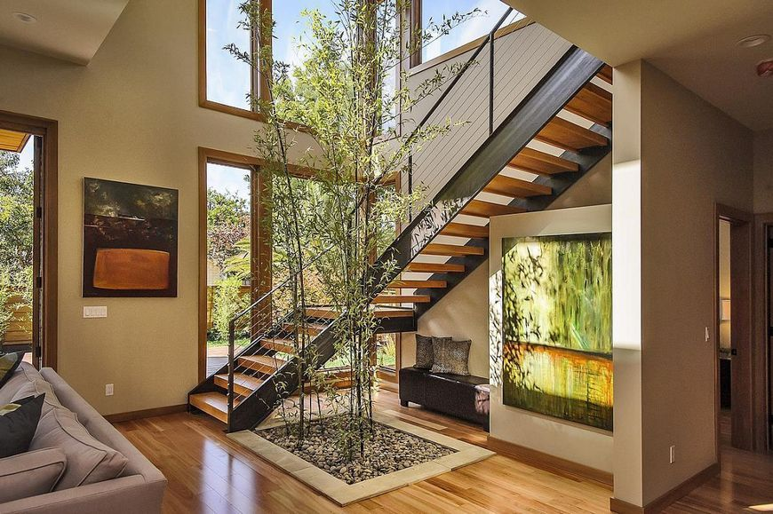 Scara interioara moderna intr-o casa verde prefabricata