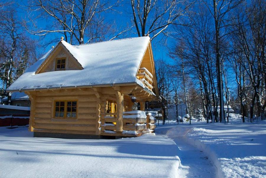 Casa mica si frumoasa din lemn masiv cu parter si mansarda