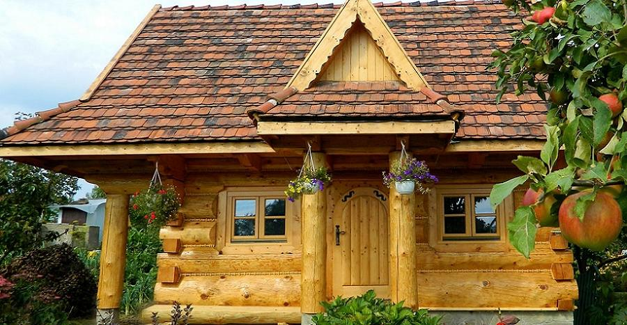 Casa mica si frumoasa din busteni rotunzi acoperita cu tigla ceramica refolosita