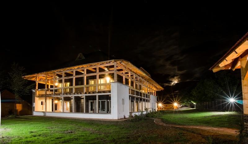 La Mosie - constructie din caramizi de chirpici si mult lemn