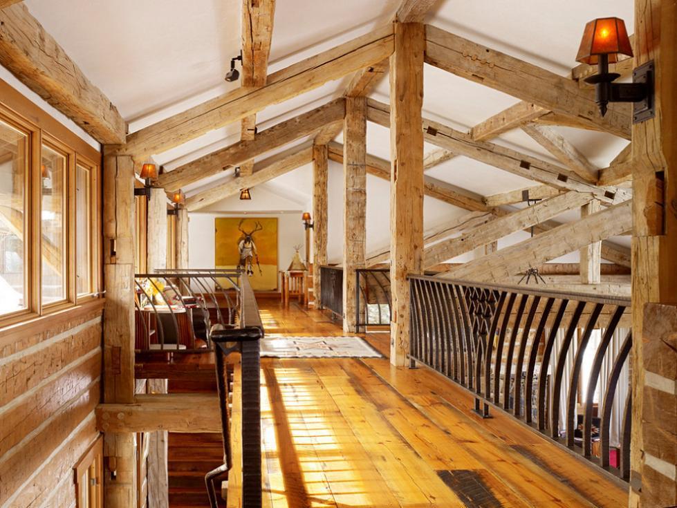 Finisaje rustice din lemn masiv si fier forjat ale holului