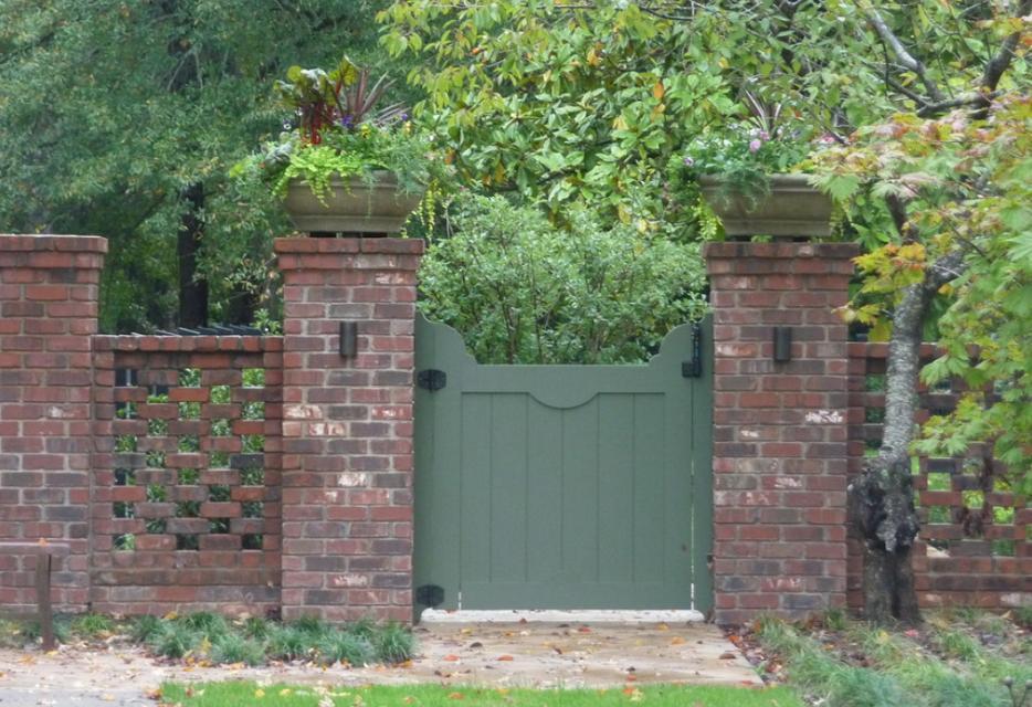 Gard din caramida, perfect pentru gradinile englezesti
