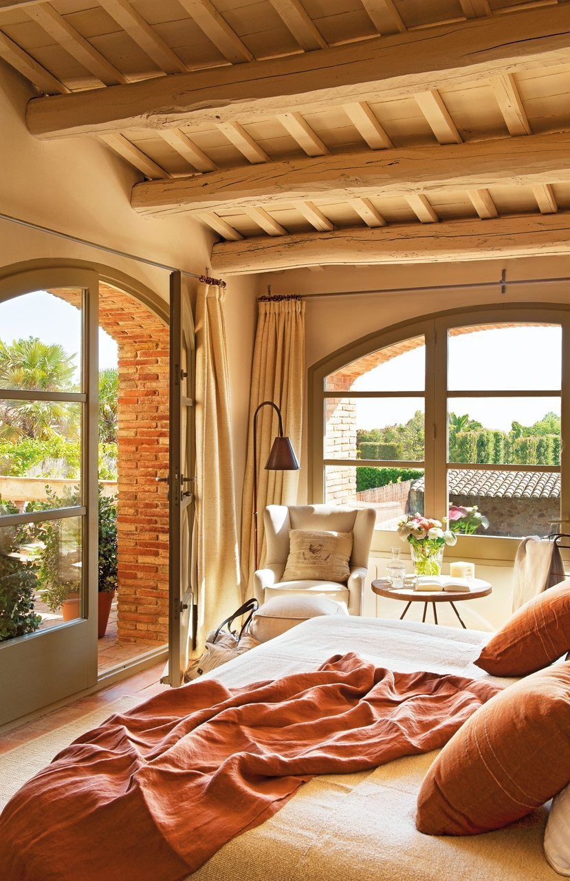Dormitor luminos intr-o casa in stil mediteranean.
