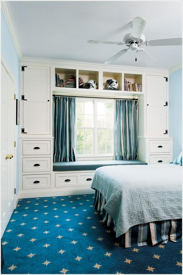 Dormitor cu mobilier in jurul ferestrei