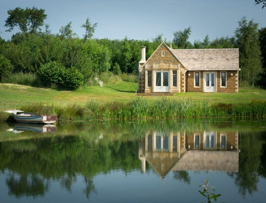 Casa de vacanta construita pe malul lacului