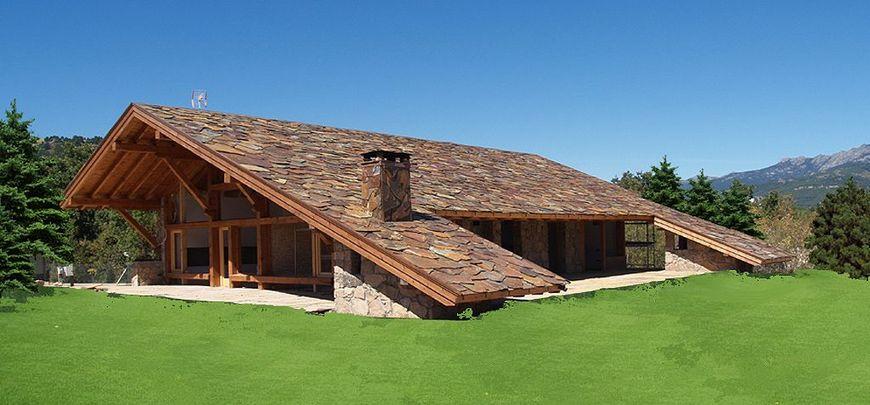 Casa din lemn cu acoperisul din piatra naturala