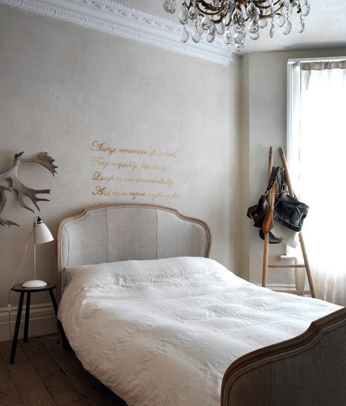 Dormitor decorat in stilul shabby chic