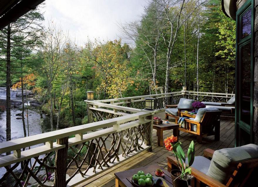 Terasa rustica integrata in decorul natural