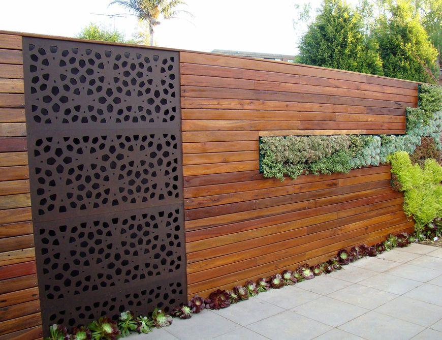 Panou decorativ metalic perforat integrat intr-un gard de lemn