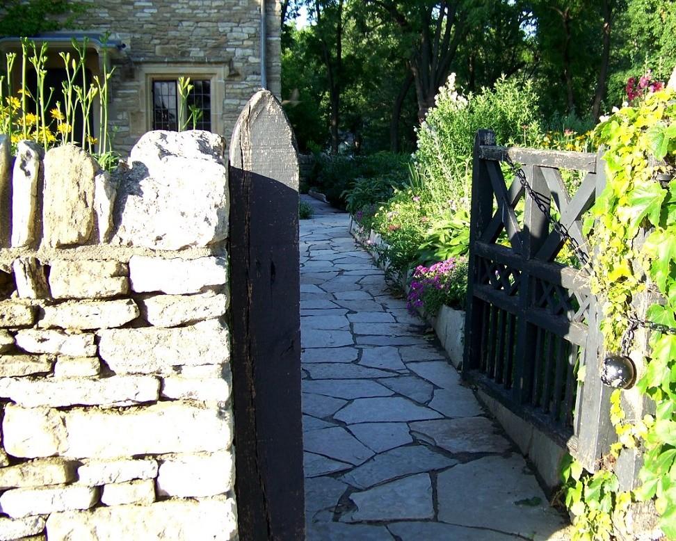 Gard zidit din piatra de calcar
