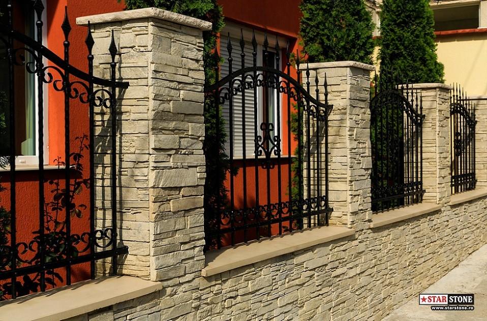 Gard din piatra decorativa de travertin panelat si fier forjat for Modele de garduri pentru case