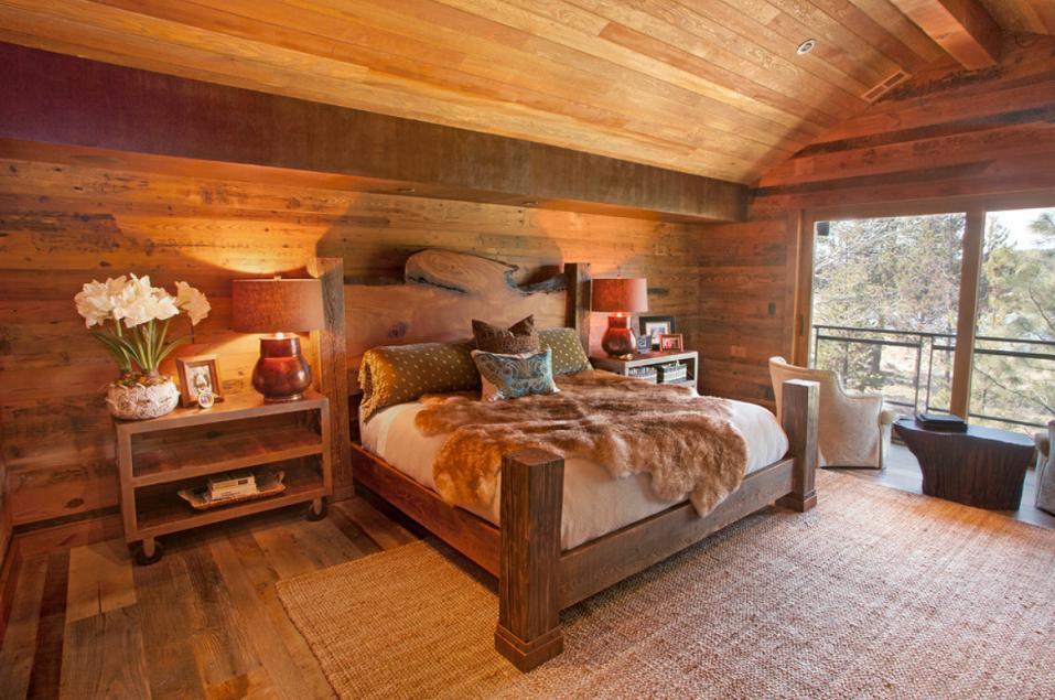 Dormitorul unei case din lemn