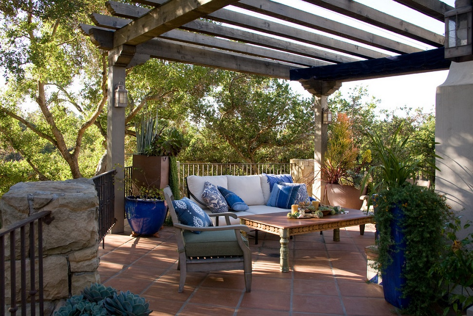 Pergola din lemn pe terasa mediteraneana for Casa la tara ieftina