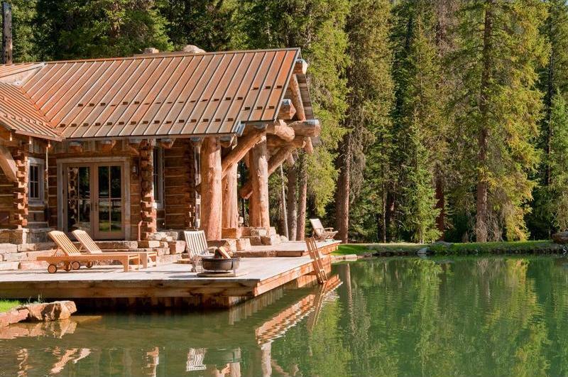 Casa de lemn construita din busteni masivi