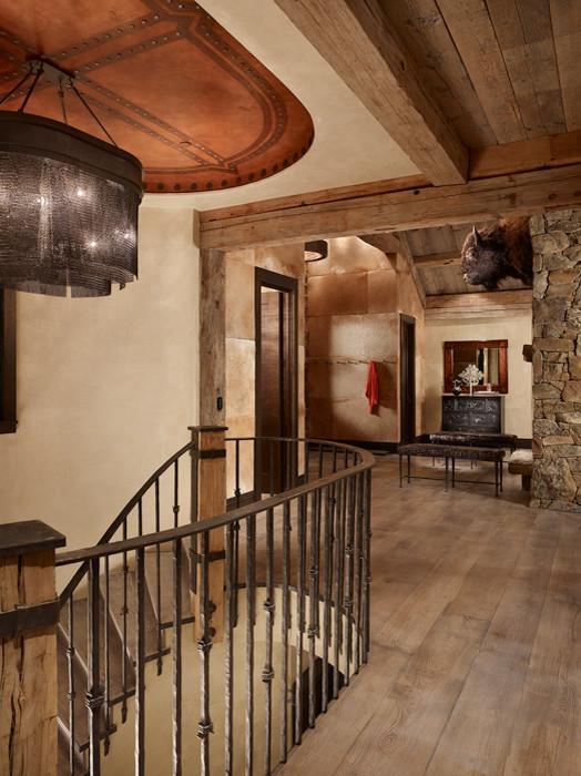 Interior medieval cu scara din lemn masiv si fier forjat