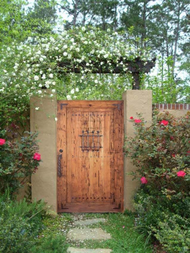 Poarta din lemn masiv cu elemente decorative din fier forjat