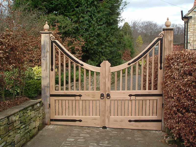 Poarta din lemn cu doua deschideri simetrice