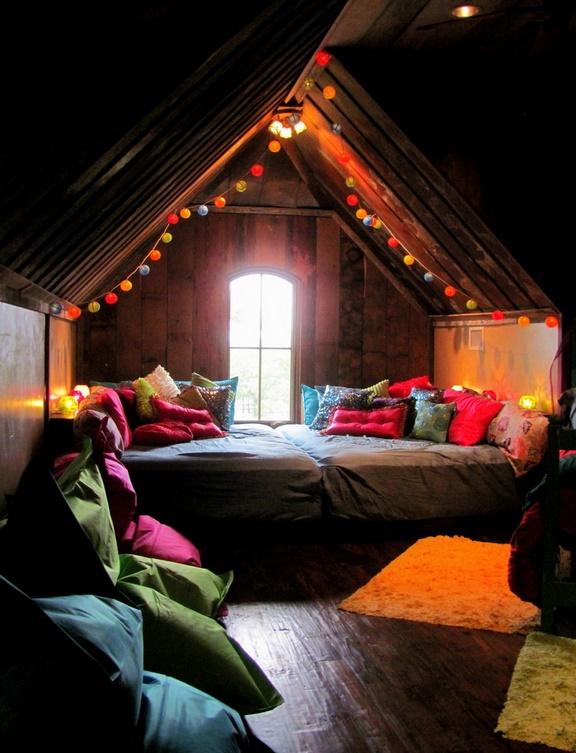 Dormitor intim in podul casei