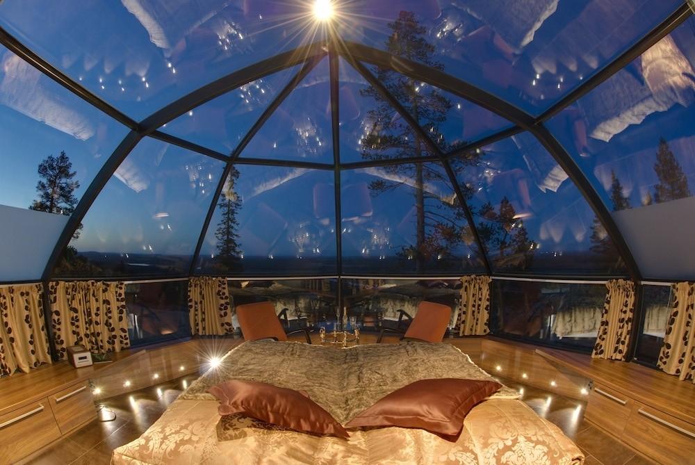 Dormitor intr-un iglu cu peretii din sticla
