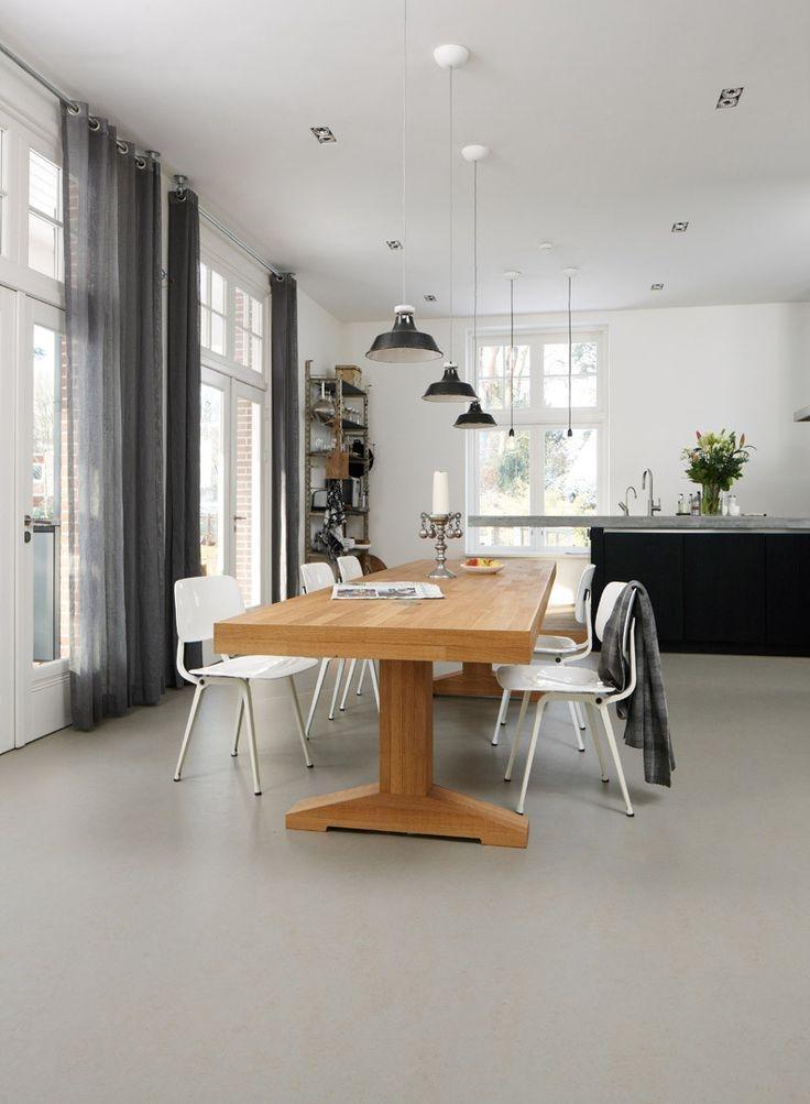 Sufragerie aerisita si luminoasa cu pardoseala acoperita cu marmoleum
