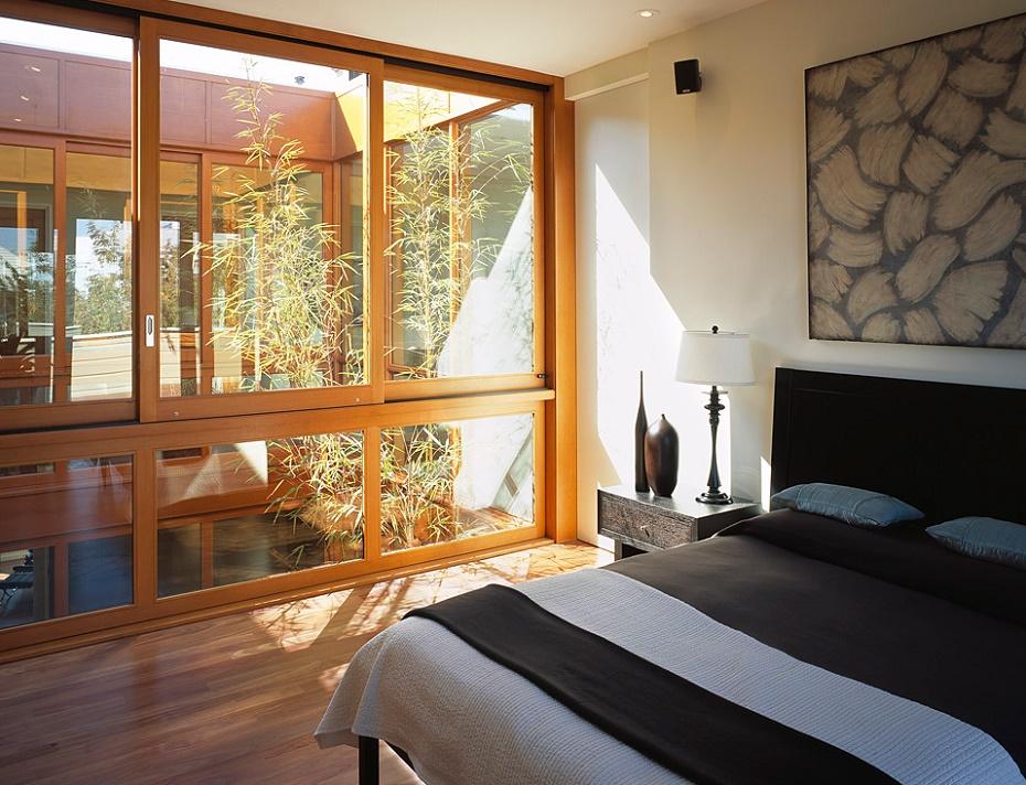 Dormitor modern iluminat natural prin intermediul unei curti interioare