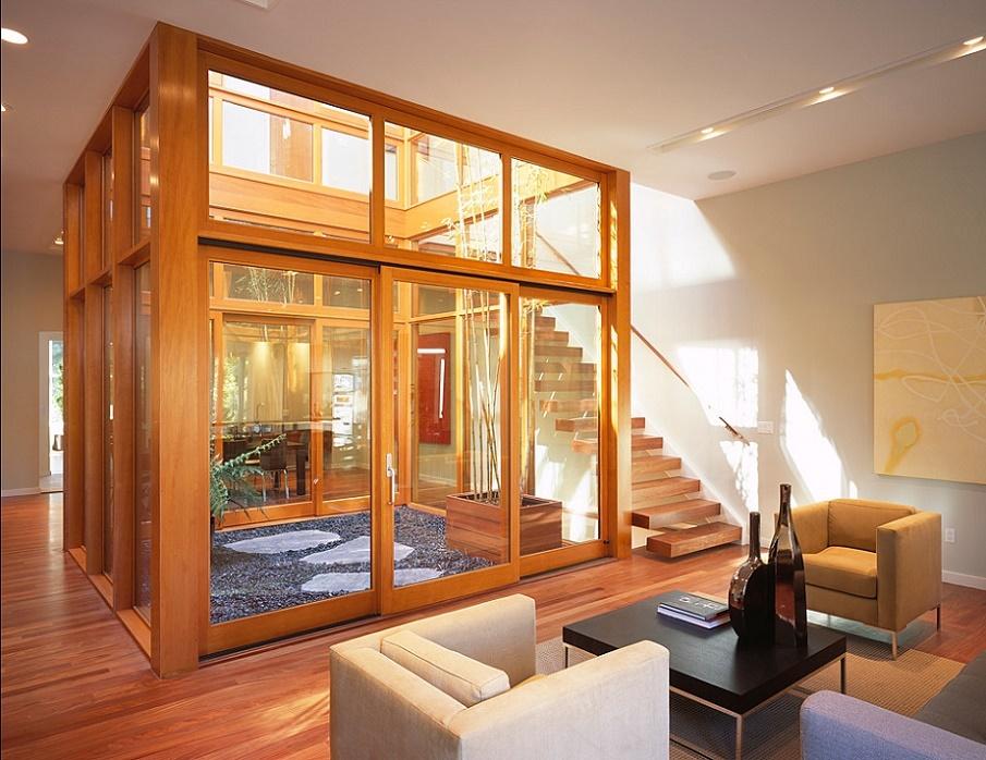 Living modern cu acces la o mica gradina interioara