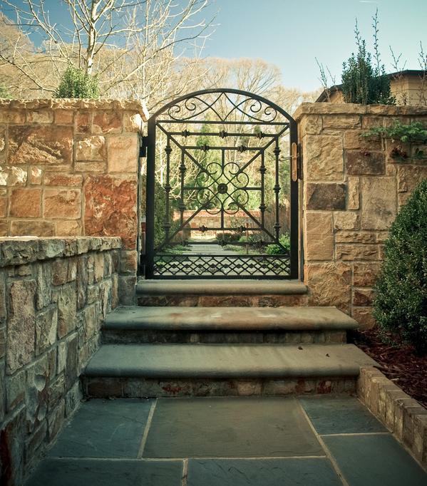 Gard din piatra si poarta din fier forjat