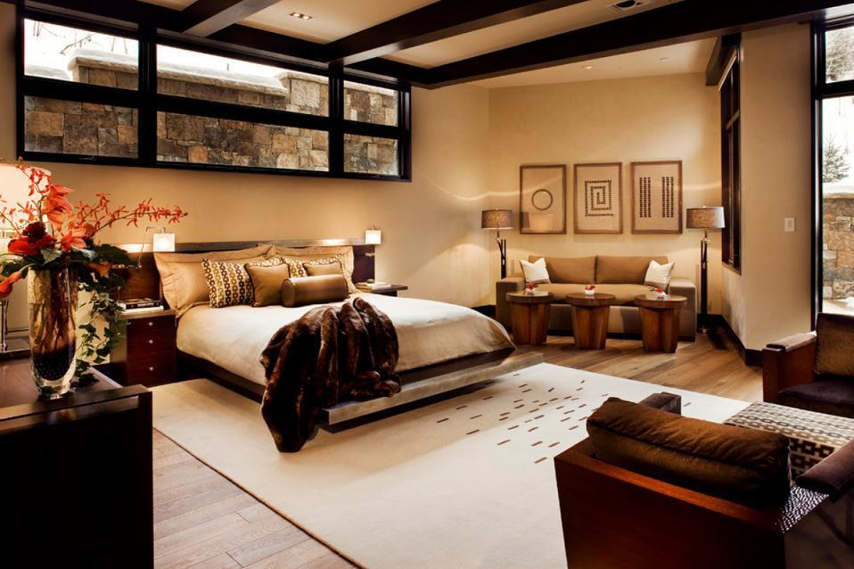 Dormitor matrimonial cu o zona de zi confortabila