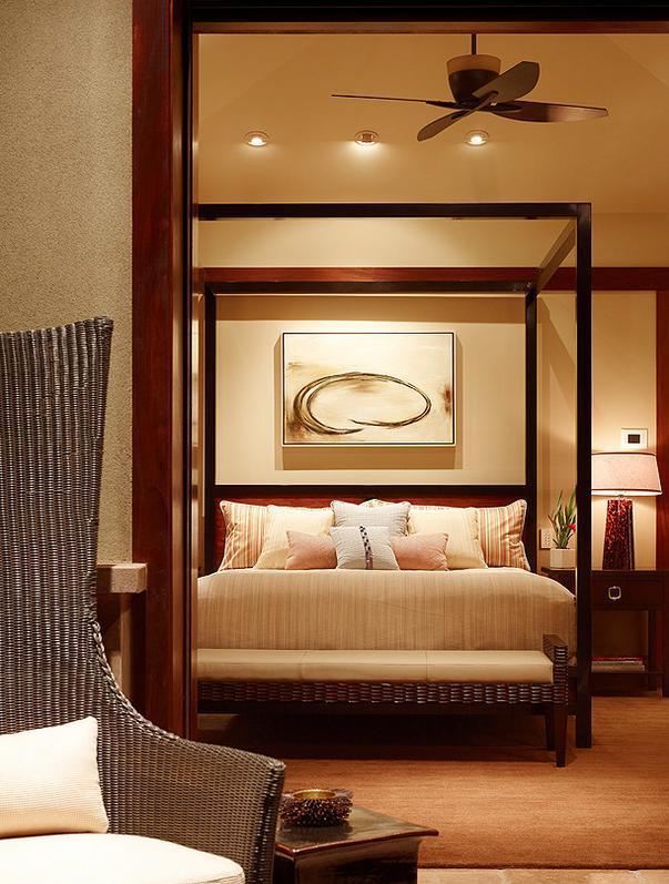 Dormitor cu un baldachin modern