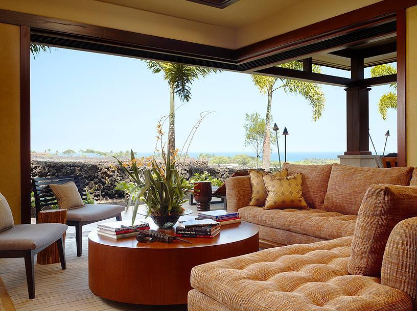 Un living confortabil cu o larga deschidere spre terasa