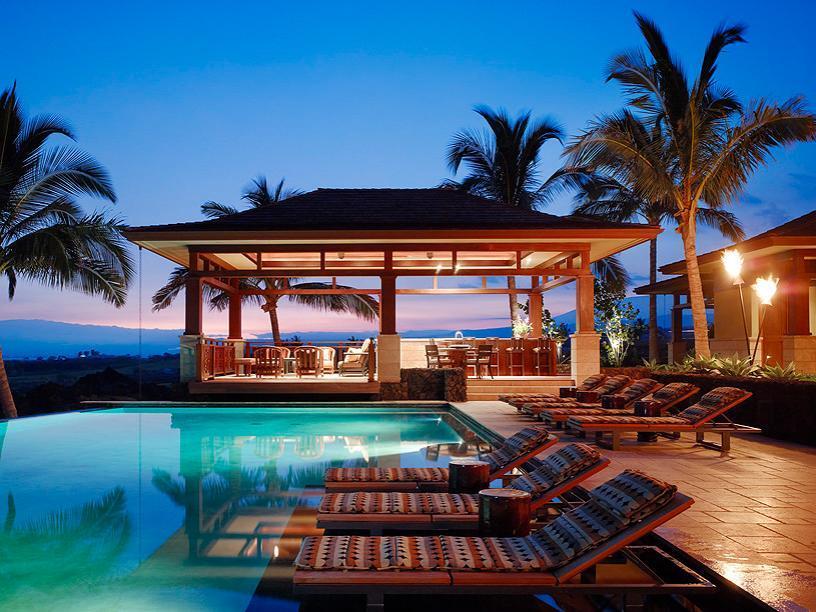 Piscina intr-un decor tropical