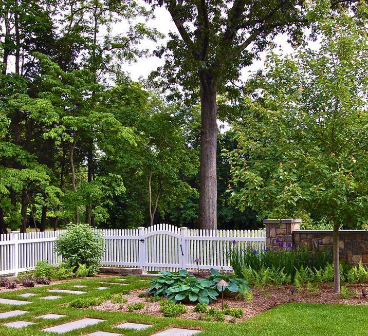 Gard din lemn si gard din piatra