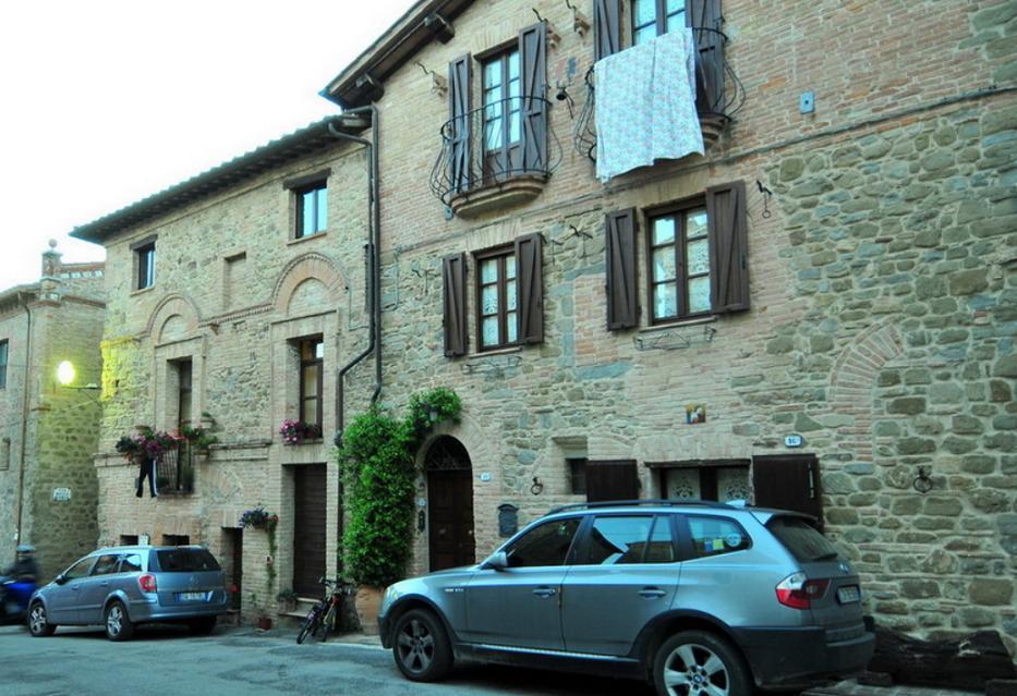 Fatada casa cu arhitectura medievala