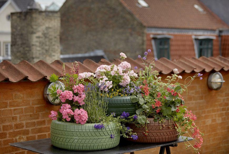 gradina cu flori, jardiniere anvelope uzate