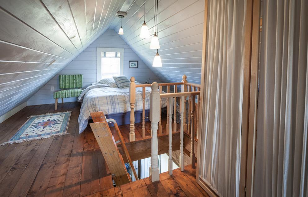 Dormitor plin de personalitate la mansarda