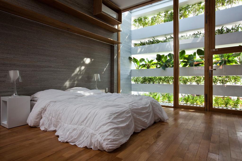 Dormitor umbrit de vegetatie pe balcon