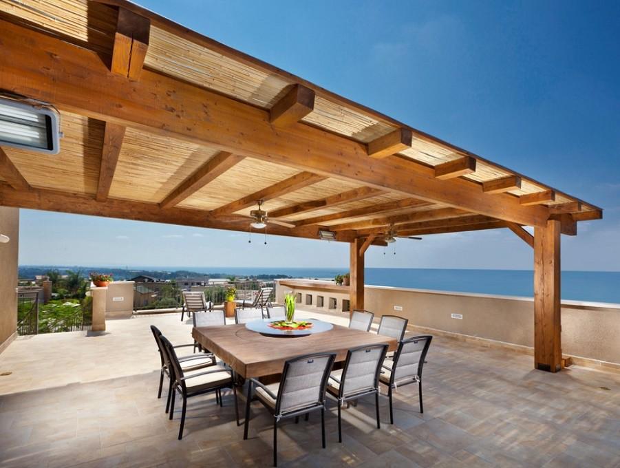 Pergola din lemn acoperita cu trestie protejeaza de soare